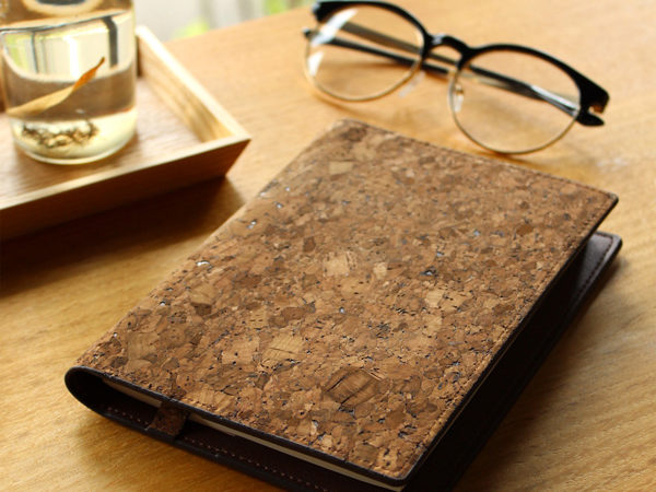 コルクレザーを活用した文庫本サイズのブックカバー「CONNIE Book Cover